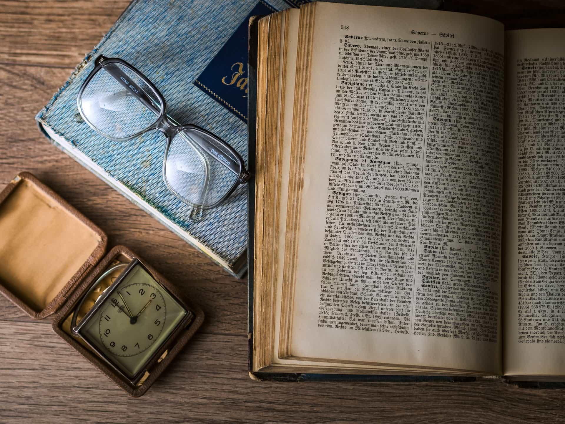 Case study mojegobloga - książka zzegarkiem iokularami