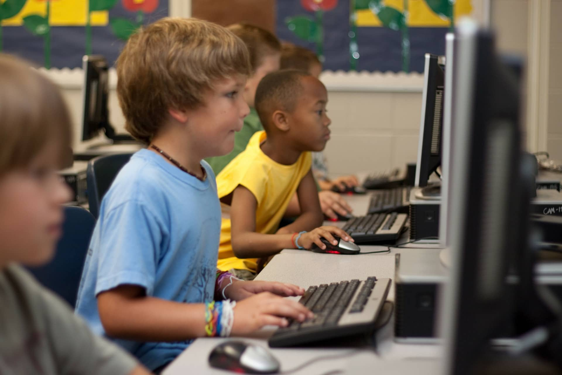 Rozwój - uczniowie przed komputerami