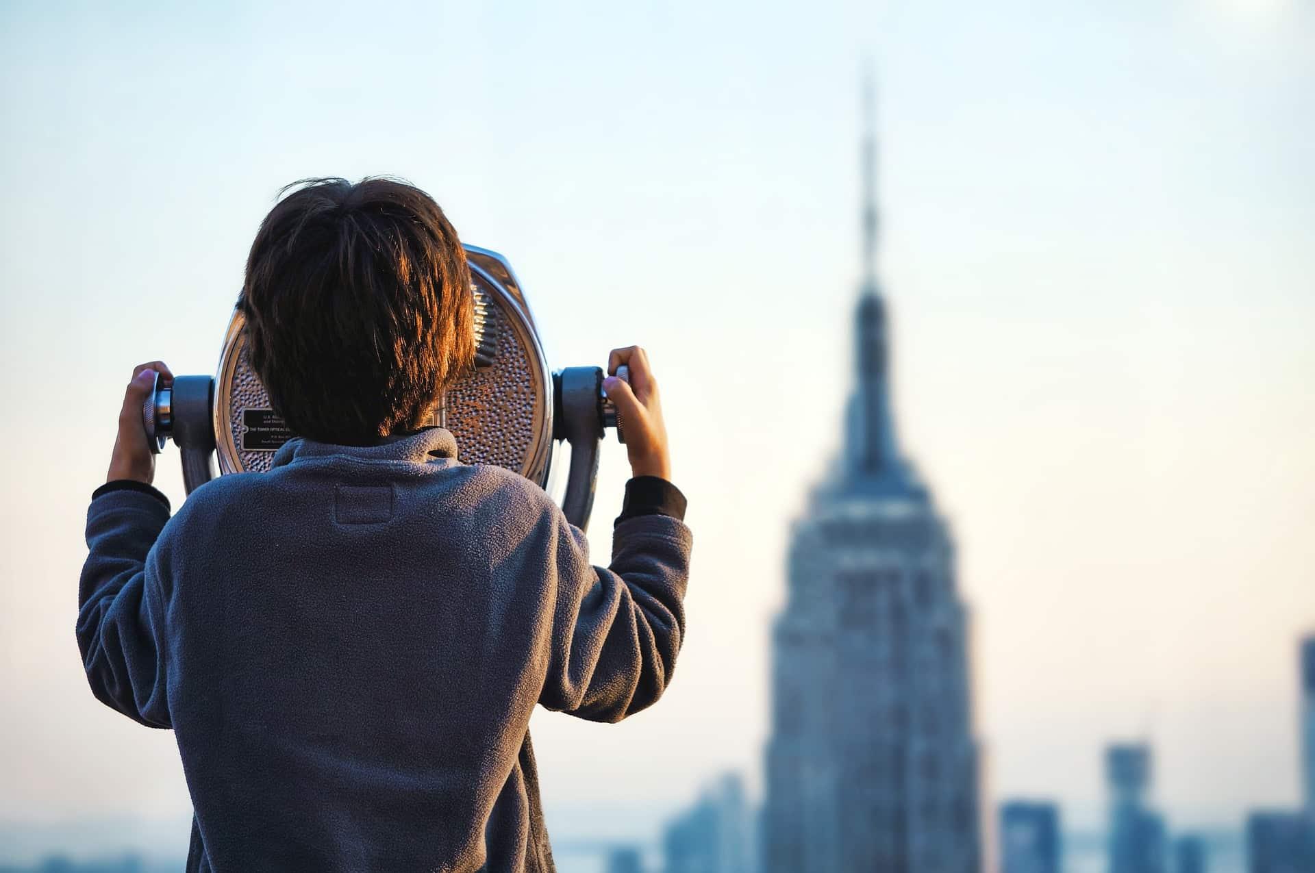 Obserwator - chłopiec obserwujący miasto przezteleskop